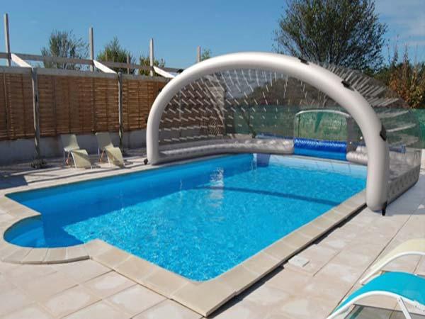 choisir entre verre bois ou plexi 5 conseils avant d 39 acheter un abri de piscine. Black Bedroom Furniture Sets. Home Design Ideas